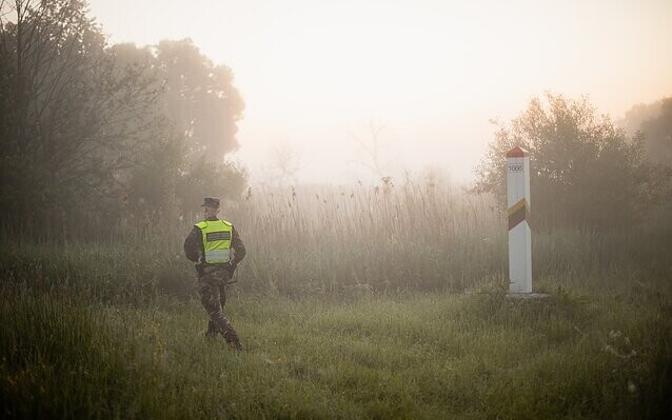Литовский пограничник на границе с Беларусью.
