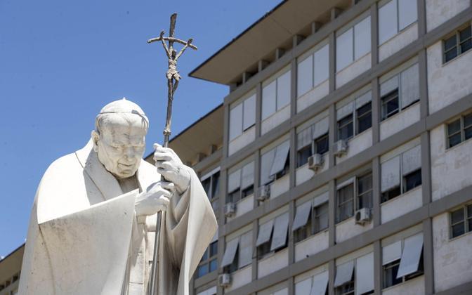 Памятник Иоанну Павлу II и клиника Джемелли, в котором оперировали Франциска.