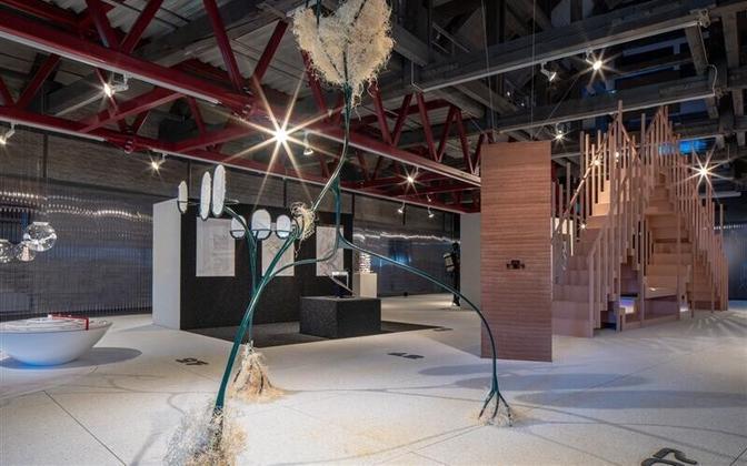 """Näitusel osalejatele anti selgesõnaline eesmärk unistada ja näidata tulevikulootusi ühes prognoosidest tuleneva meeleheitega. Esiplaanil Stuudio Tallinna """"Tänavate argielu manifest""""."""