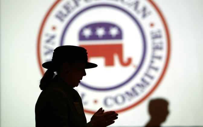 Naise siluett USA Vabariikliku Partei rahvuskomitee logo ees.