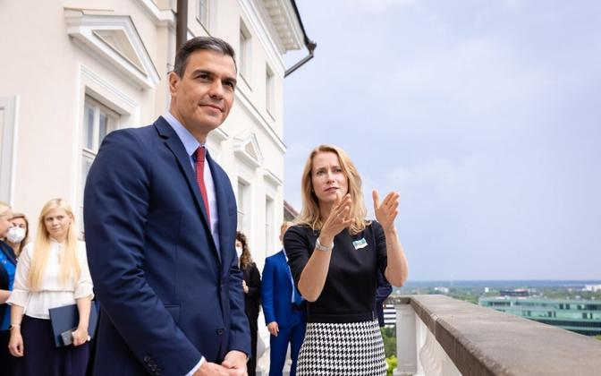 Spanish prime minister Pedro Sánchez with his Estonian counterpart Kaja Kallas during the traditional Stenbock House viewing platform walkabout Tuesday.