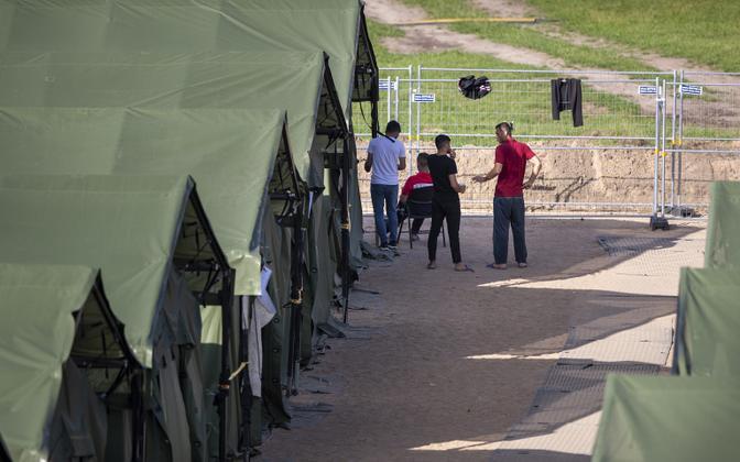 Мигранты в палаточном лагере беженцев в городе Пабраде