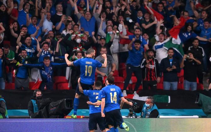 Itaalia jalgpallikoondis väravat tähistamas