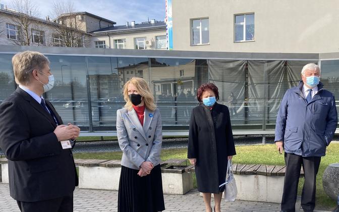 Ida-Viru keskhaigla juhatuse esimees Tarmo Bakler (vasakult esimene) ja haigla nõukogu liikmed Ljudmilla Jantšenko ja Valeri Korb kohtumas kevadel peaminister Kaja Kallasega.