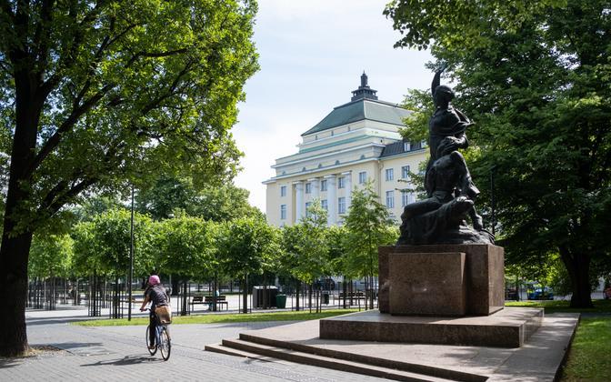 A cyclist riding through Tallinn's Tammsaare Park.