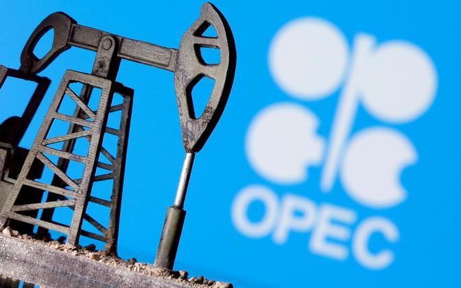 Напечатанная на 3D-принтере нефтекачалка перед логотипом ОПЕК.