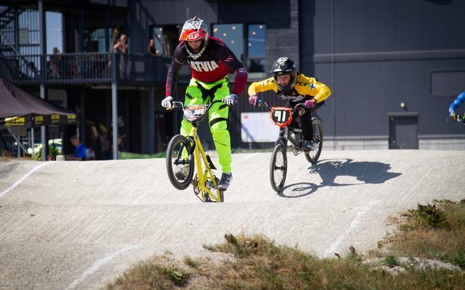 Ivars Svarinskis (nr 369) ja Joel Autio (91)
