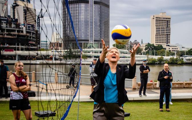 Brisbane'i elanikud elasid korraldajamaa valimisele väga kaasa, nende hulgas ka olümpial rannavõrkpallis kuldmedali võitnud Natalie Cook