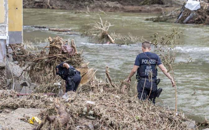 Politseinikud otsimas tulvaohvreid Rheinland-Pfalzi liidumaal.