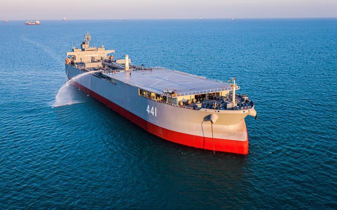 Sahand прибыл вместе с крупнейшим кораблем ВМС Ирана Makran (на фото).