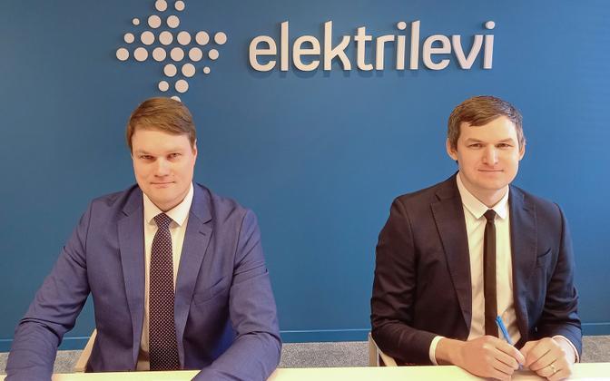 Elektrilevi board members Mihkel Härm (left) and Rasmus Armas signing the Imatra deal earlier this year.
