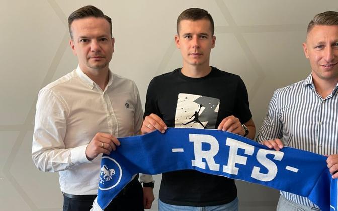 Агент Дмитрий Винокуров (слева) и футболист Артур Пикк после подписания контракта с РФШ.