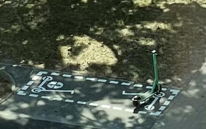 Bolti tõukeratas Tallinnas Politseiparki maha märgitud parkimisalas.