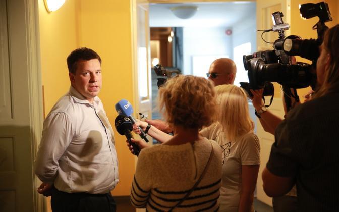 Jüri Ratas at the Riigikogu, talking to the press pack.