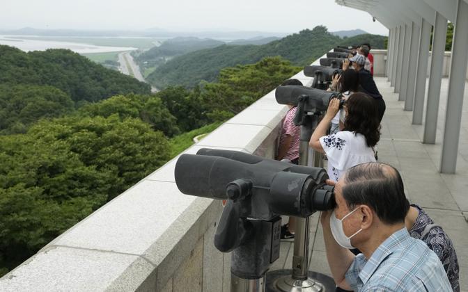 Lõunakorealased vaatavad piiripunktis Põhja-Korea territooriumi.