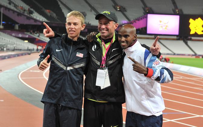 Alberto Salazar (keskel) koos treenitavate Mo Farahi (paremal) ja Galen Ruppiga (vasakul)