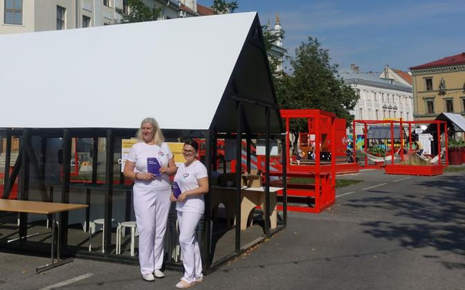 Vaccination advisers on Car Free Avenue in Tartu.