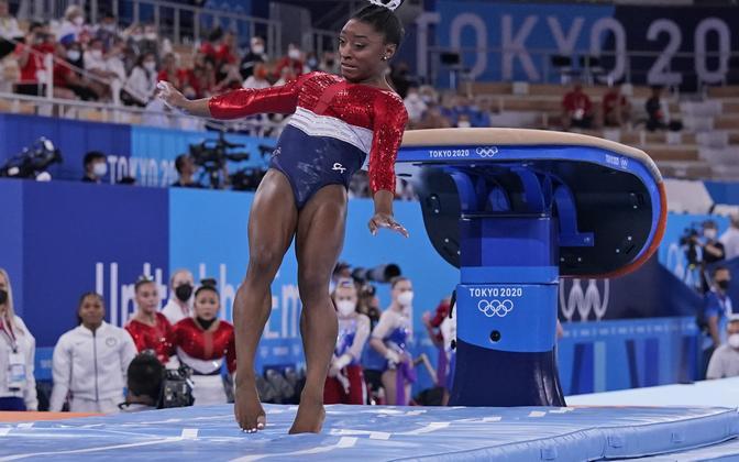 Simone Biles põrus toenghüppes ning lahkus pärast seda areenilt.