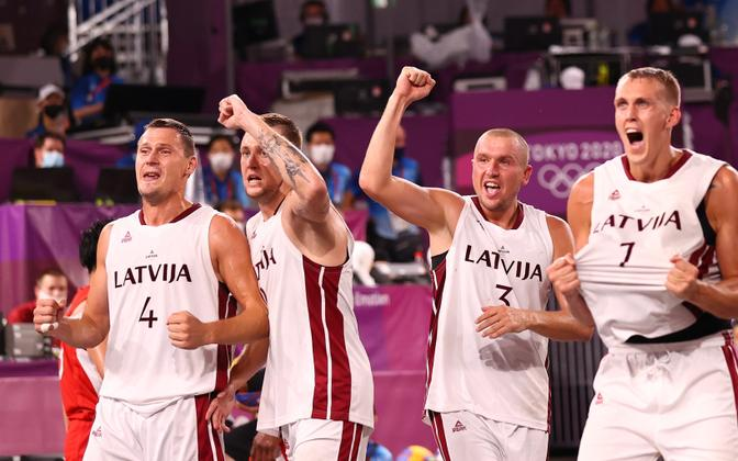 Läti 3x3 korvpallikoondis tähistamas.