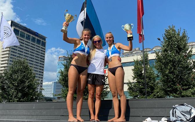Karlotta Kattai (vasakul) ja Grete Jürgenson (paremal) koos treener Jaanika Jakobsoniga