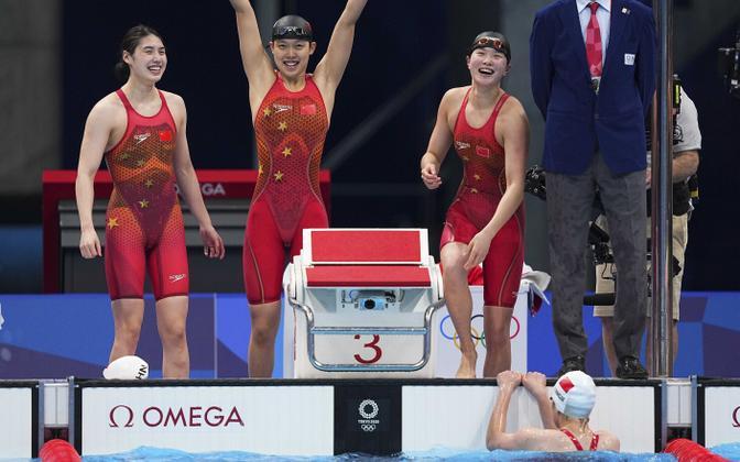 Yang Junxuan (vasakult), Tang Muhan, Zhang Yufei ja Li Bingjie olümpiavõitu ja maailmarekordit tähistamas