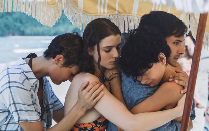 (vasakult) Vicky Krieps, Thomasin McKenzie, Gael García Bernal ja Luca Faustino Rodriguez filmis