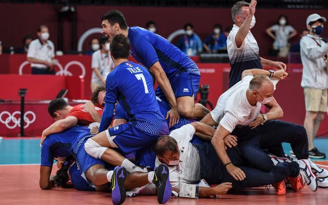 Prantsusmaa võrkpallurid tähistamas võitu valitseva maailmameistri Poola üle