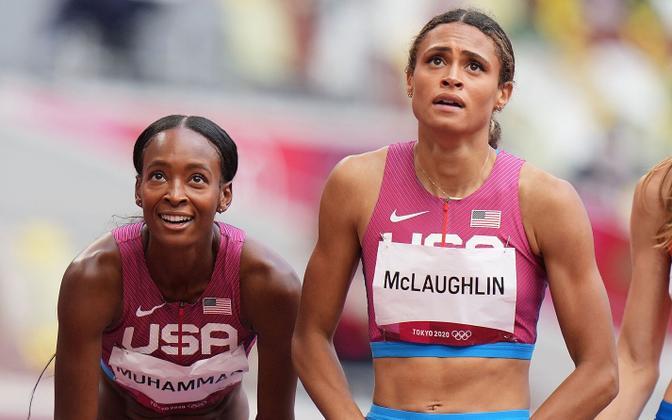 Dalilah Muhammad (vasakul) ja Sydney McLaughlin (paremal)