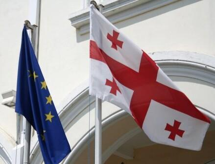 Флаги ЕС и Грузии.