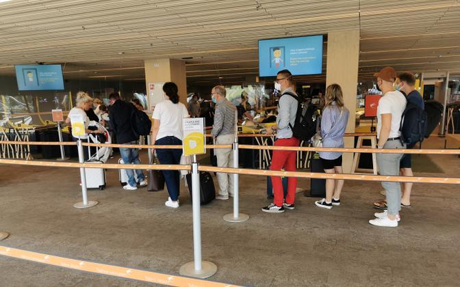 Пассажиры в Таллиннском аэропорту.