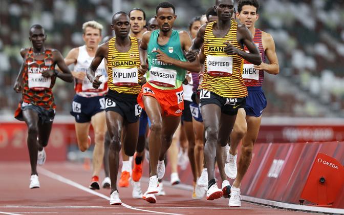Joshua Cheptegei (esiplaanil) 5000 meetri jooksu finaalis.