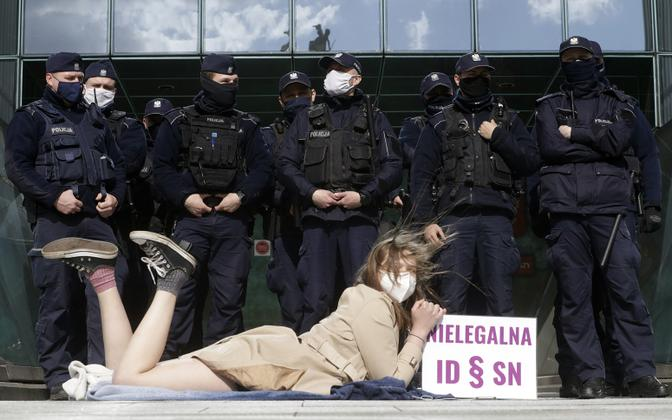 Противница реформы перед зданием Верховного суда Польши.
