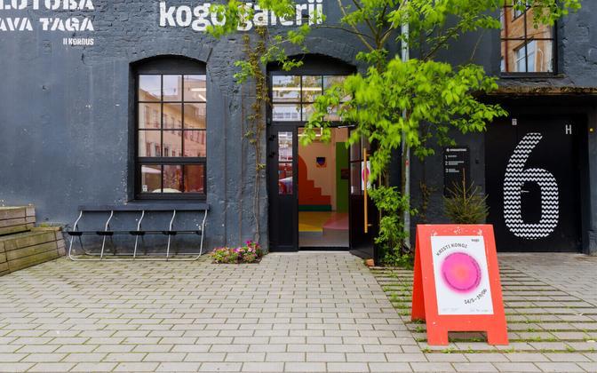 Kogo galerii sissepääs Tartu Aparaaditehase hoovis.