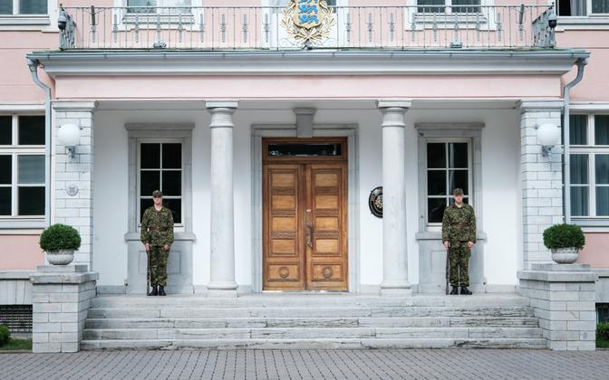The new, DPM-style uniforms worn by the Kadriorg guard of honor.