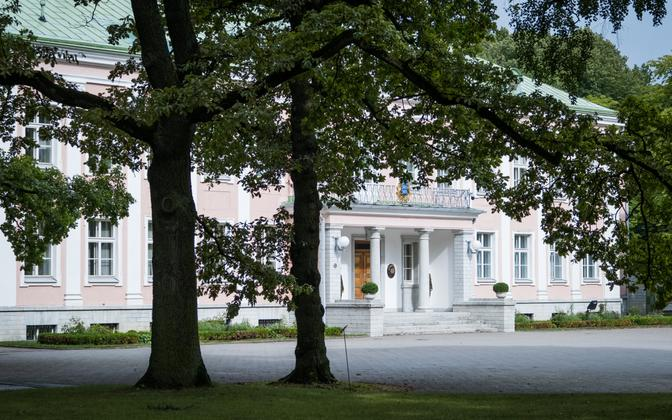 The president's office and official residence at Kadriorg. The forecourt is open to the adjacent street.