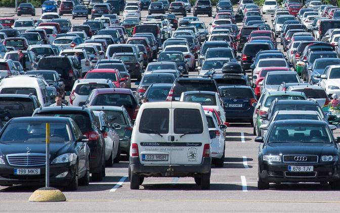 Parkimisprobleemi ühe võimaliku lahendusena nimetavad nii Tuvikene kui ka Nigola kaubanduskesuste parklate ristkasutust.