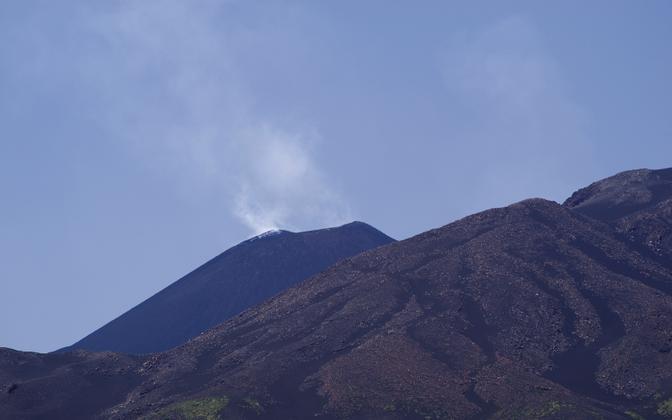 Veebruari keskpaigast saati on aga kagukraatrist umbes 50 korral välja lennanud tolmu, tuhka ja laavat.