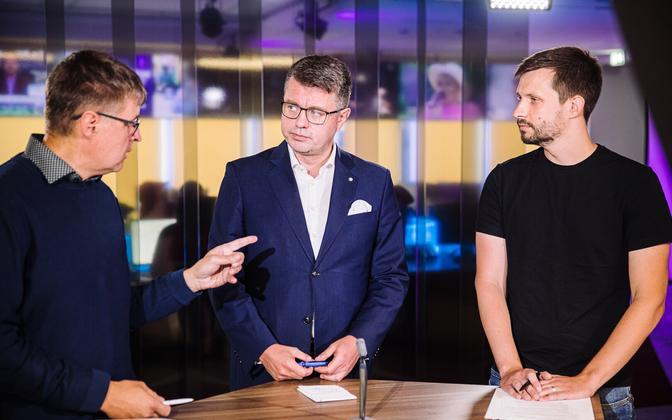 Urmas Reinsalu (center) on Wednesday's 'Otse uudistemajast', together with presenter Indrek Kiisler (left) and Estonian Refugee Council director Eero Janson.