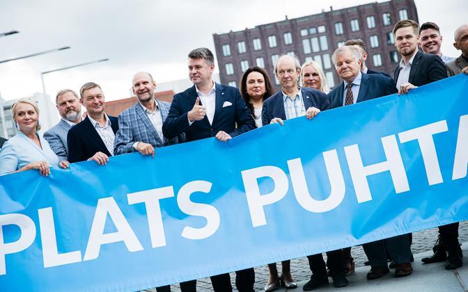 Urmas Reinsalu (thumbs up) flanked by Isamaa leader Helir-Valdor Seeder, to his right, and others running for Isamaa in Tallinn.