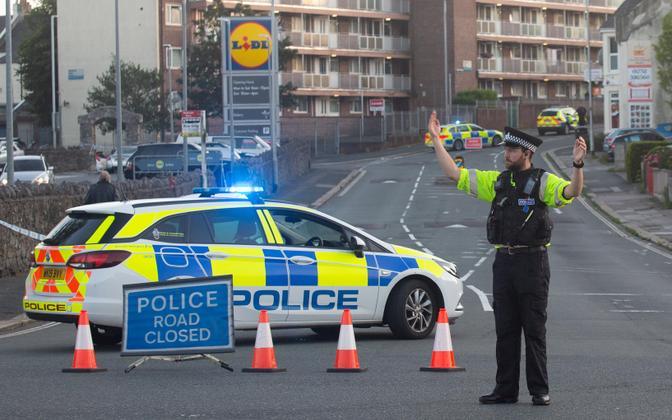 Politseinik tulistamiskoha lähedal Plymouthis.