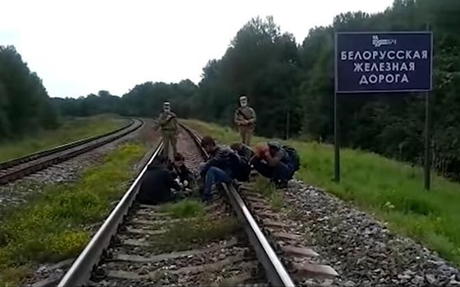 Белорусские пограничники и мигранты.
