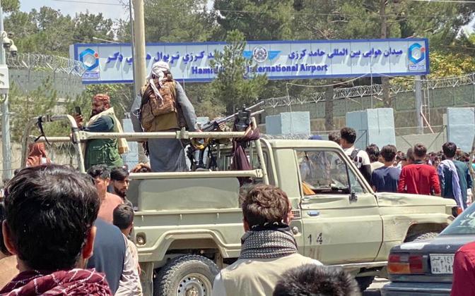 Talibani võitlejad Kabuli lennuvälja juurdepääsu kontrollimas.