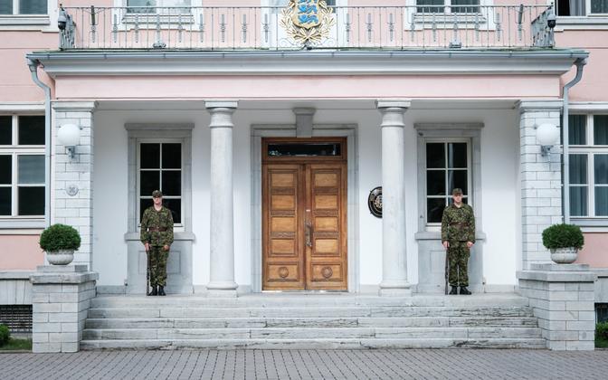 Почетный караул у здания президентской канцелярии в Кадриорге. Иллюстративное фото.