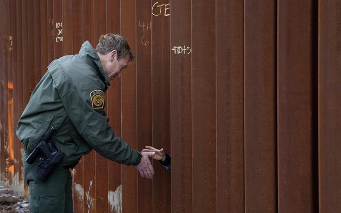 Бывший глава пограничной службы США Родни Скотт обеспокоен проникновением в страну террористов под видом мигрантов.