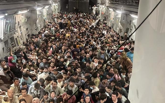 Afganistani kodanikud USA sõjaväelennukites riigist lahkumas