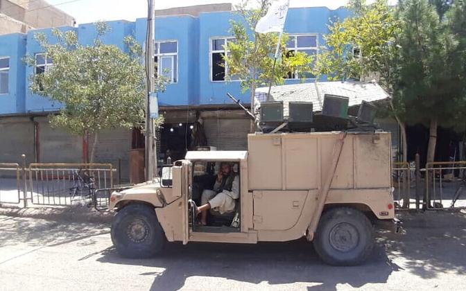 Talibani võitlejad Kandaharis Afganistani valitsusvägedelt võetud sõidukiga.