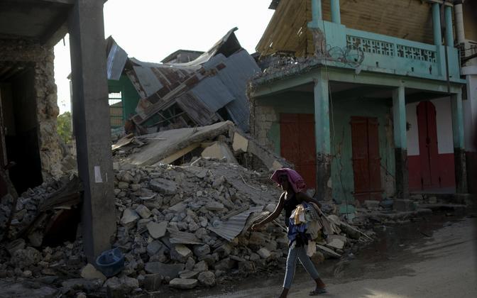 Число жертв землетрясения на Гаити возросло почти до 2189 человек.