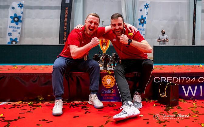 Andres Toobal (paremal) krooniti Tallinna Selveri abitreenerina möödunud hooajal Credit24 meistriliiga võitjaks