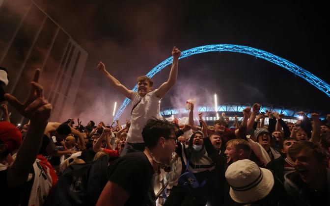 Jalgpallifännid Wembley staadioni lähistel enne EM-finaali