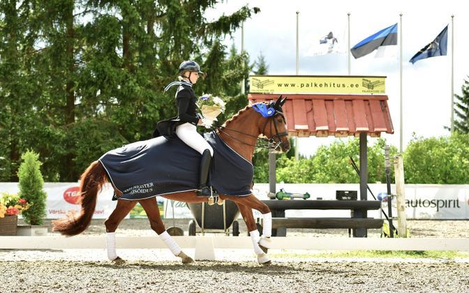 Tänavune Eesti meister koolisõidus on Tiina Kuusmann hobusel Romantika